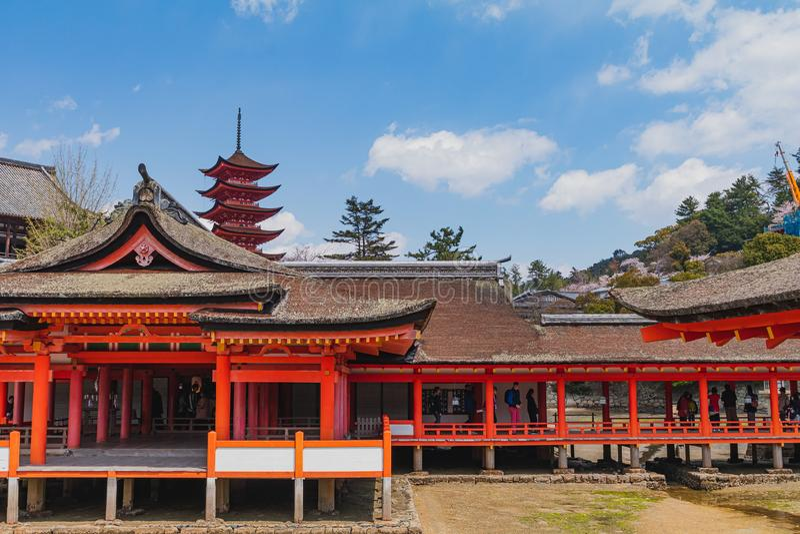 Photo de paysage du tombeau de Shinto pendant le ressort sur Miyajima, Japon photographie stock