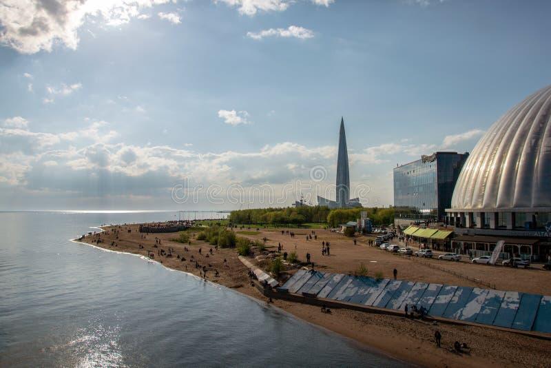 Photo de plage et le remblai de Neva Bay en parc baptisé du nom du 300th anniversaire de St Petersburg images libres de droits