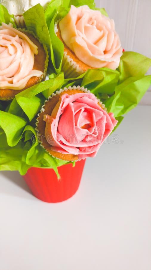 Photo de plan rapproch? de bouquet de fleur faite de g?teaux et petits g?teaux sur le bureau en bois blanc Beau tir des bonbons e image libre de droits