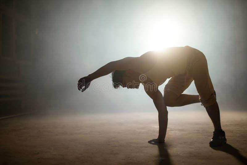 Photo de plan rapproché de danseur allant faire le plancher basculant au sol photos stock