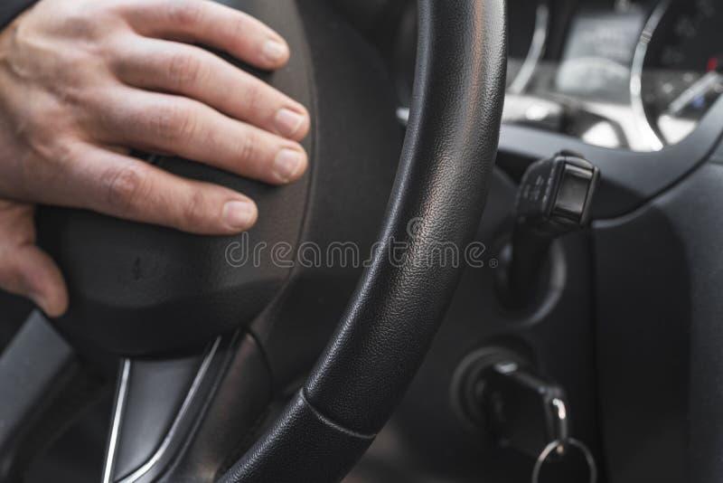 Photo de plan rapproché des intérieurs de véhicule Photo de plan rapproché de l'homme conduisant la voiture photo stock