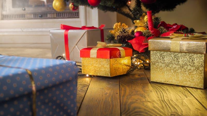 Photo de plan rapproché de la grande pile de présents et de cadeaux sous l'arbre de Noël à la maison images libres de droits