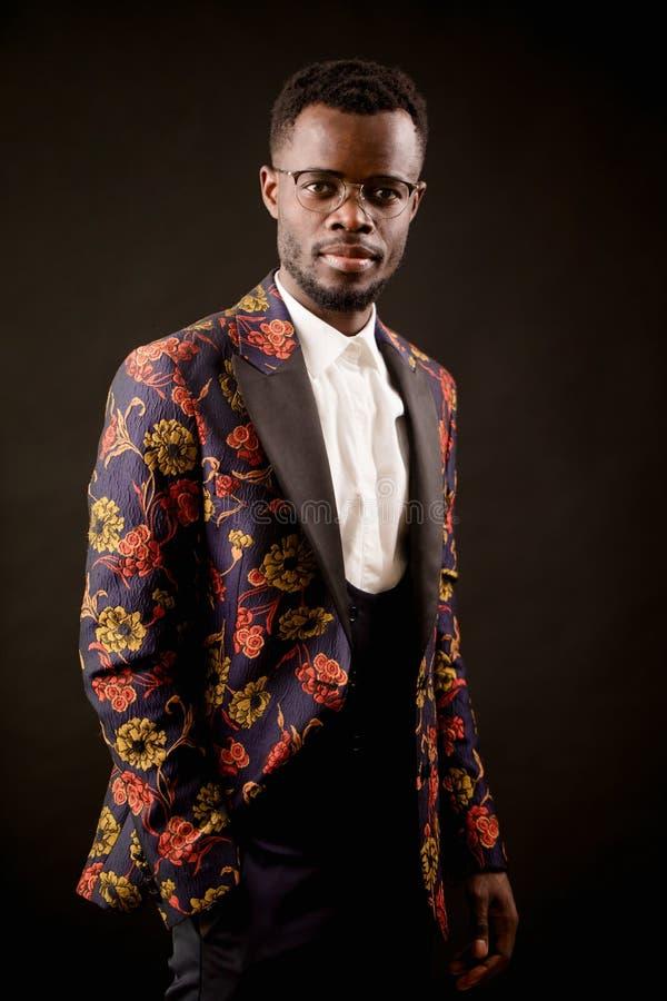 Photo de plan rapproché de mannequin africain beau dans un costume peu commun photo stock