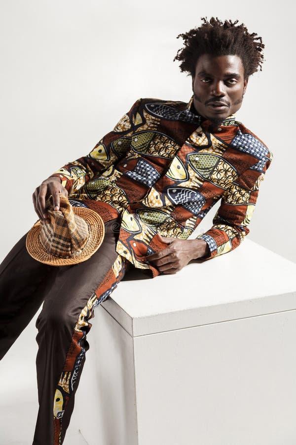 Photo de plan rapproché de modèle d'africam de mode dans des vêtements traditionnels photographie stock