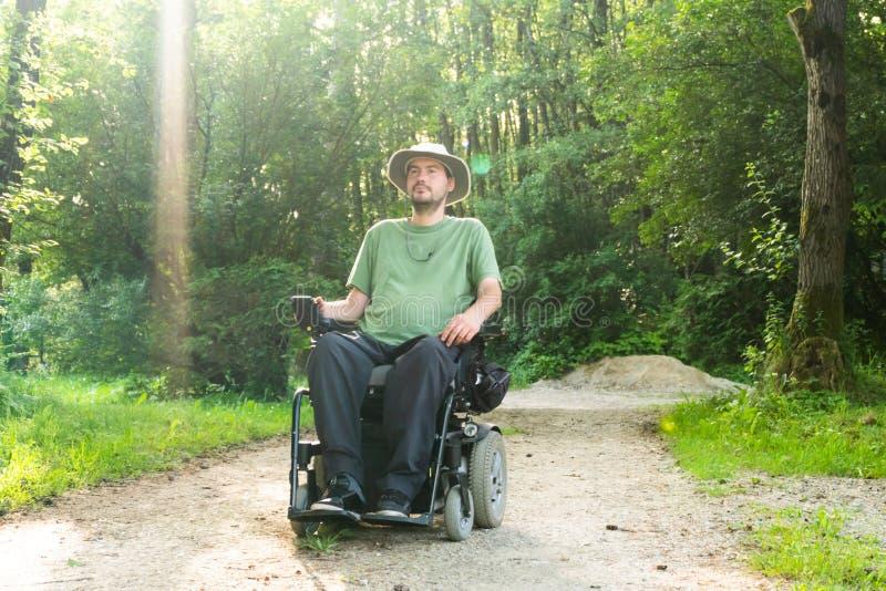 Photo de portrait d'un homme handicapé dans un fauteuil roulant électrique en nature photos libres de droits