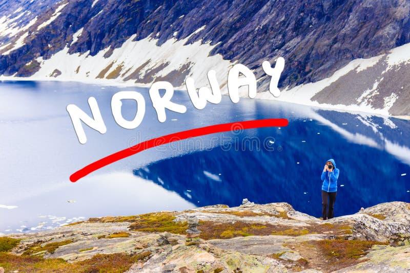 Photo de prise de touristes par le lac Djupvatnet, Norvège image libre de droits