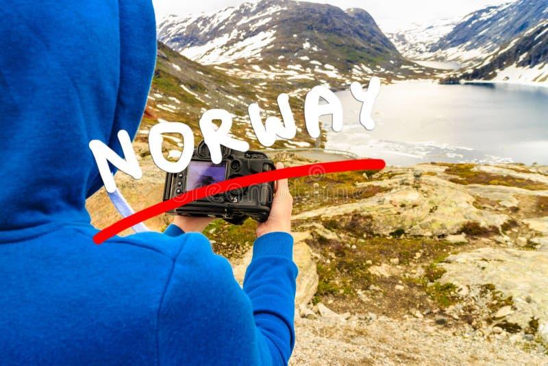 Photo de prise de touristes par le lac Djupvatnet, Norvège photos stock