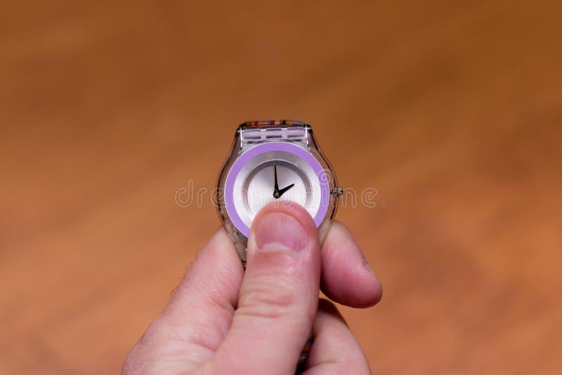 Photo de quelqu'un ajustant leur montre à l'heure d'été image libre de droits