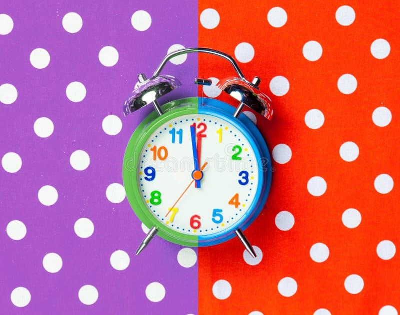 Photo de réveil frais sur le fond coloré merveilleux images libres de droits