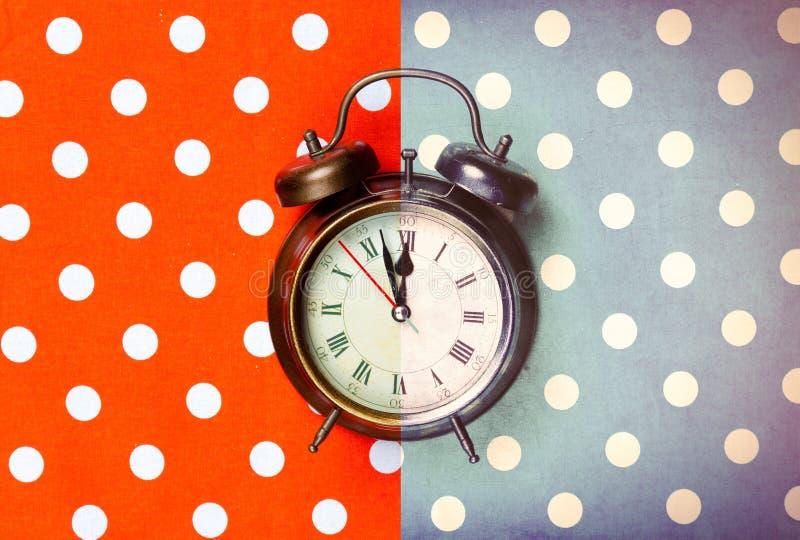 Photo de réveil frais sur le fond coloré merveilleux photo libre de droits