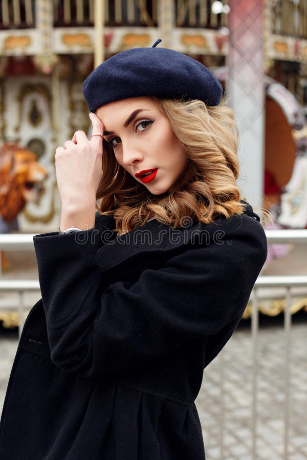 Photo de rue de la jeune belle femme portant les vêtements classiques élégants photo stock