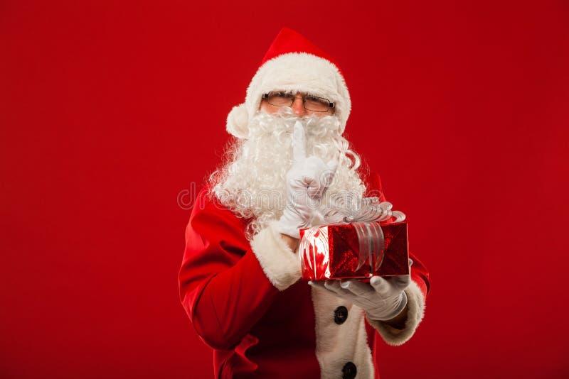 Photo de Santa Claus aimable donnant le présent de Noël et photographie stock