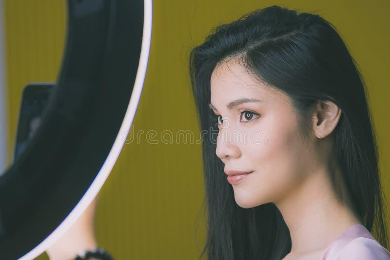 Photo de selfie de prise de femme devant la lumi?re de studio photo libre de droits