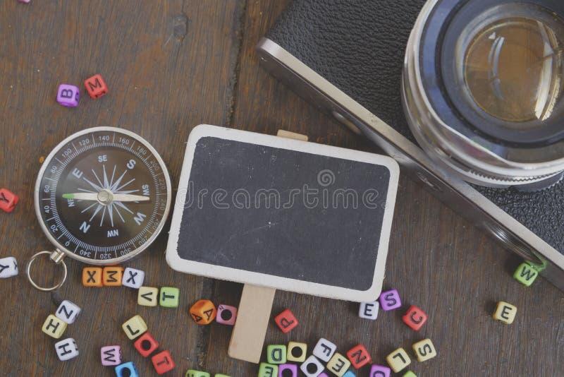Photo de signage, de boussole et d'appareil-photo vides sur la texture en bois de fond image libre de droits