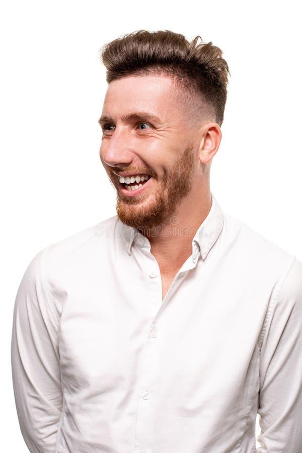 Photo de studio d'un homme bel dans une chemise blanche, d'isolement au-dessus d'un fond blanc photos stock