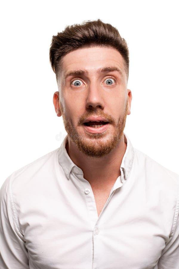 Photo de studio d'un homme bel dans une chemise blanche, d'isolement au-dessus d'un fond blanc image libre de droits