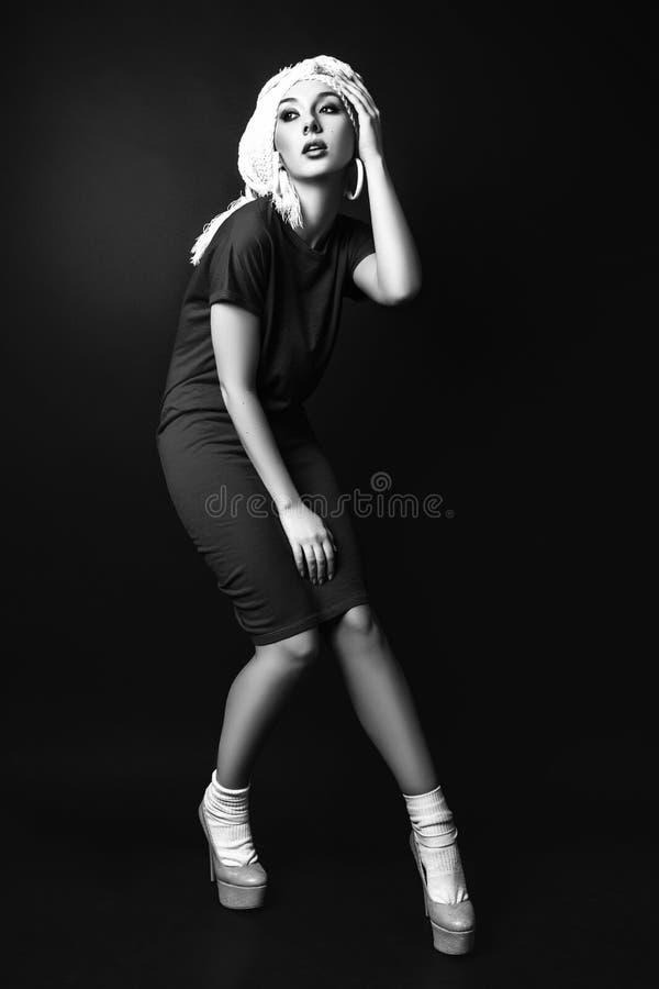 photo de studio de jeune femme sur le fond noir noir et petit morceau photo stock image du. Black Bedroom Furniture Sets. Home Design Ideas