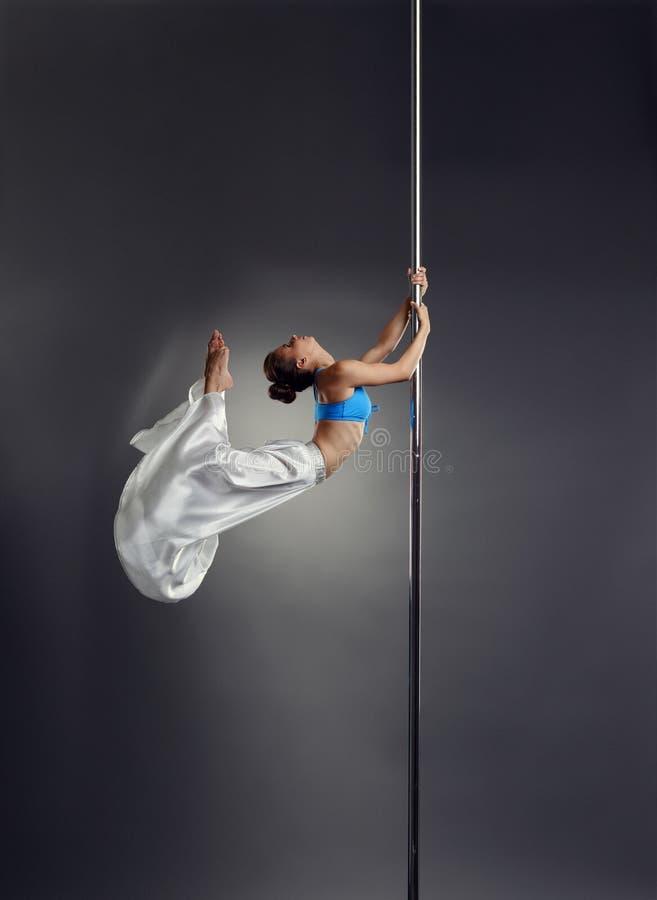 Photo de studio de la petite danse de femme sur le poteau photo stock
