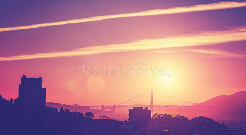Photo de style ancien de vintage d'un coucher du soleil au-dessus de San Francisco photos stock