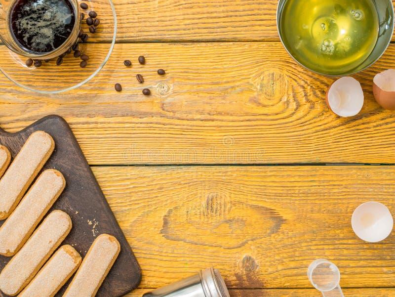 Photo de table en bois avec des biscuits de savoyardi images stock