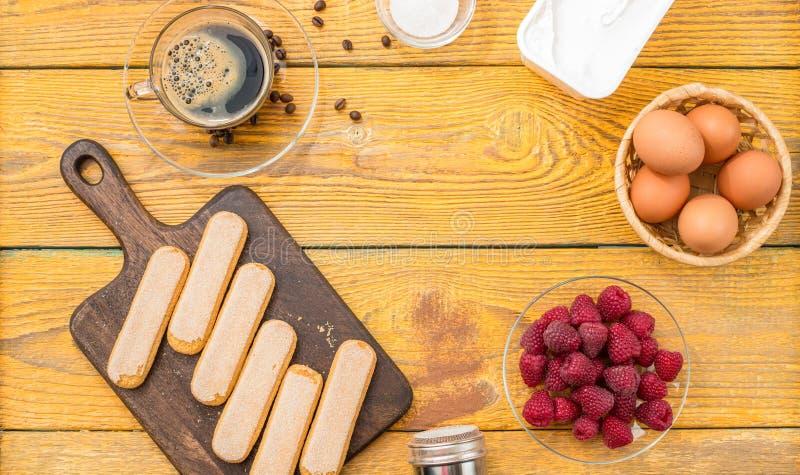 Photo de table en bois avec des composants pour le tiramisu photo stock