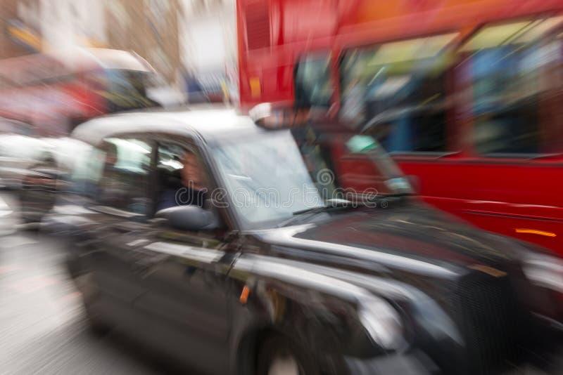 Photo de tache floue de mouvement de cabine noire et de double Decker Bus rouge en Th photographie stock