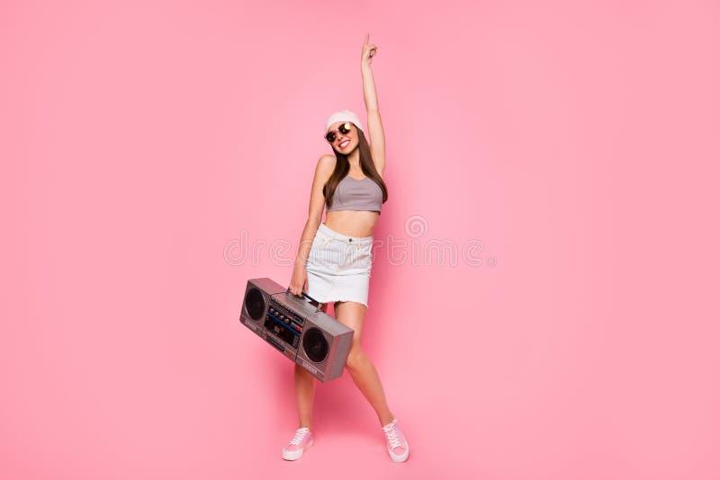 Photo de taille de Ful d'index de danse d'apparence de dame avec du charme mignonne vers le haut de l'eyewear de port de lunettes image libre de droits