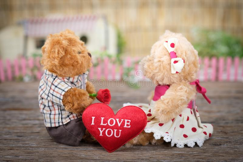 Photo de Teddy Bears assis sur un bois images stock