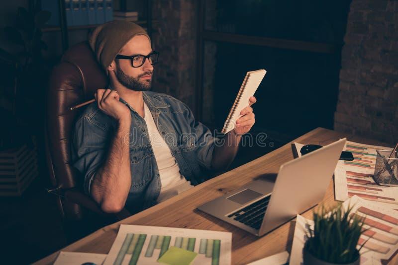 Photo de travail attentif de type au temps foncé notant le discours d'entreprise utiliser l'équipement occasionnel pour reposer l photo stock