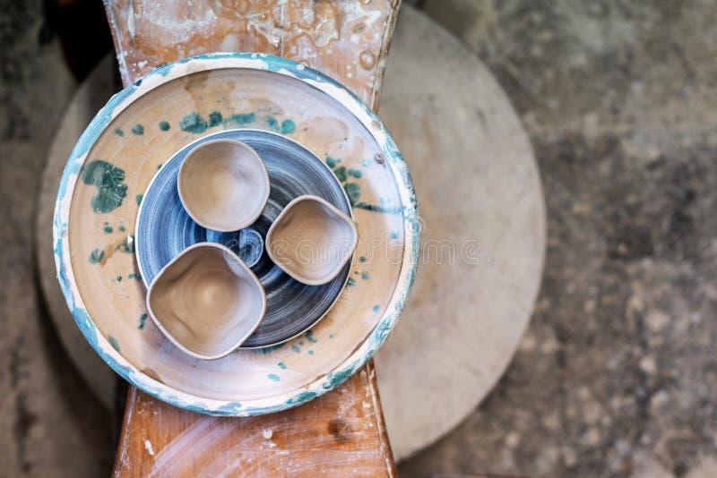 Photo de trois petites tasses de céramique sur OE d'intérieur de cru de table le vieil photo libre de droits