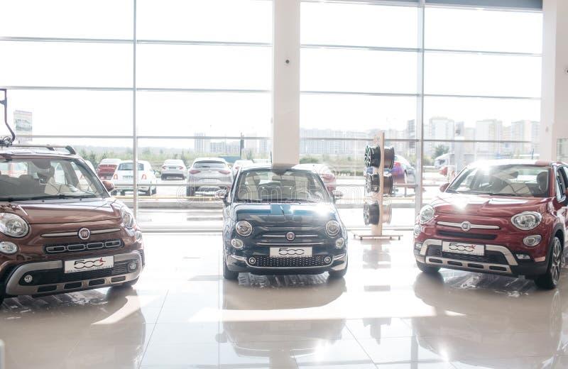 Photo de trois voitures intéressantes de Fiat tenant le salon marchand intérieur avec des murs de verre C'est intérieur et outsod photos libres de droits