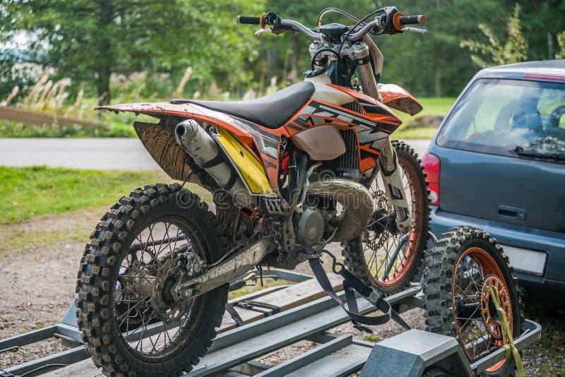 Photo de vélo de sport sur la remorque de voiture photo libre de droits
