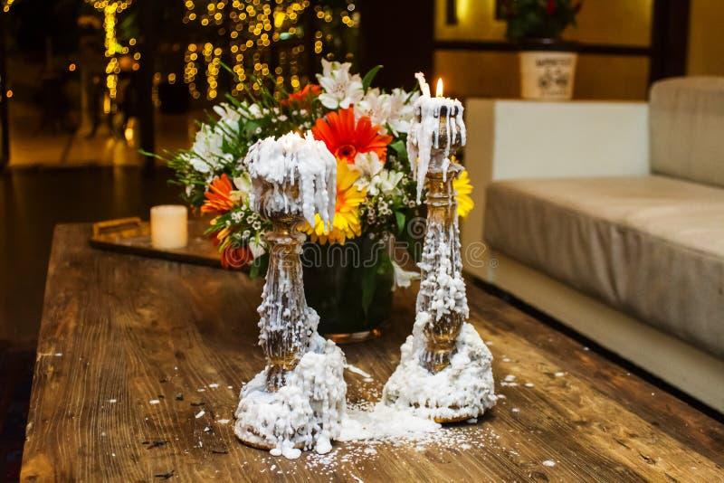 Photo de vieilles bougies et fleurs image libre de droits