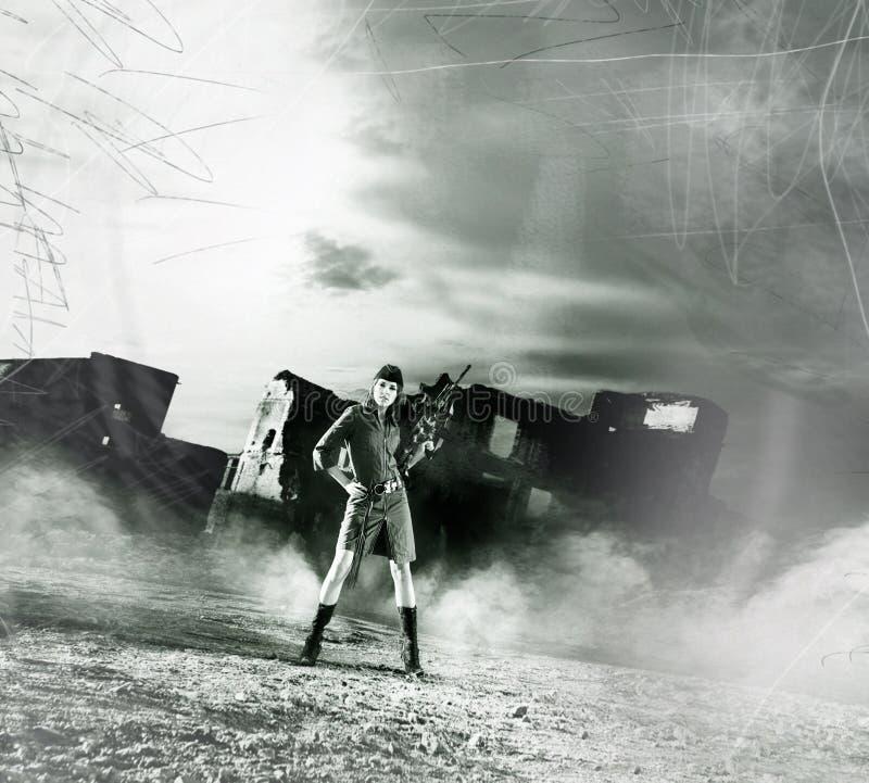 Photo de vintage d'une jeune femme dans le style militaire photographie stock
