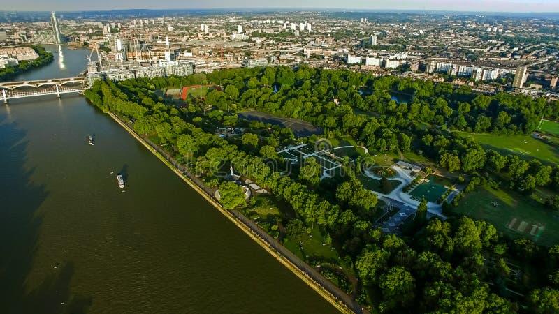 Photo de vue aérienne de rivière et de parc Chelsea Bridge de Londres de Battersea photographie stock