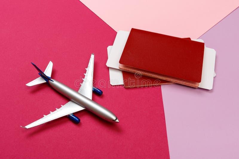 Photo de vue supérieure d'avion de jouet au-dessus de fond de couleur concept de course photographie stock