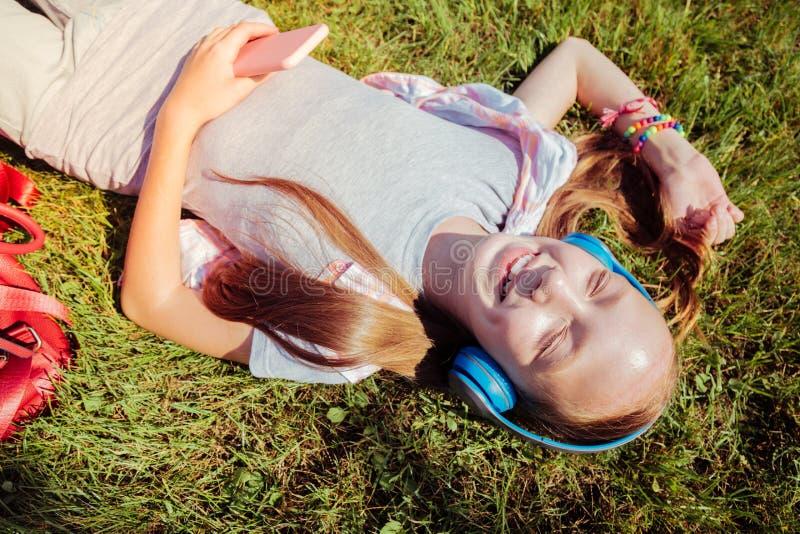 Photo de vue supérieure d'enfant heureux que gardant le sourire sur le visage photo libre de droits
