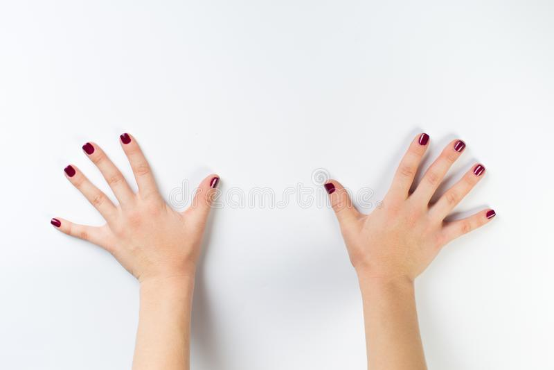 Photo de vue supérieure des mains de la femme avec la manucure foncée photos stock