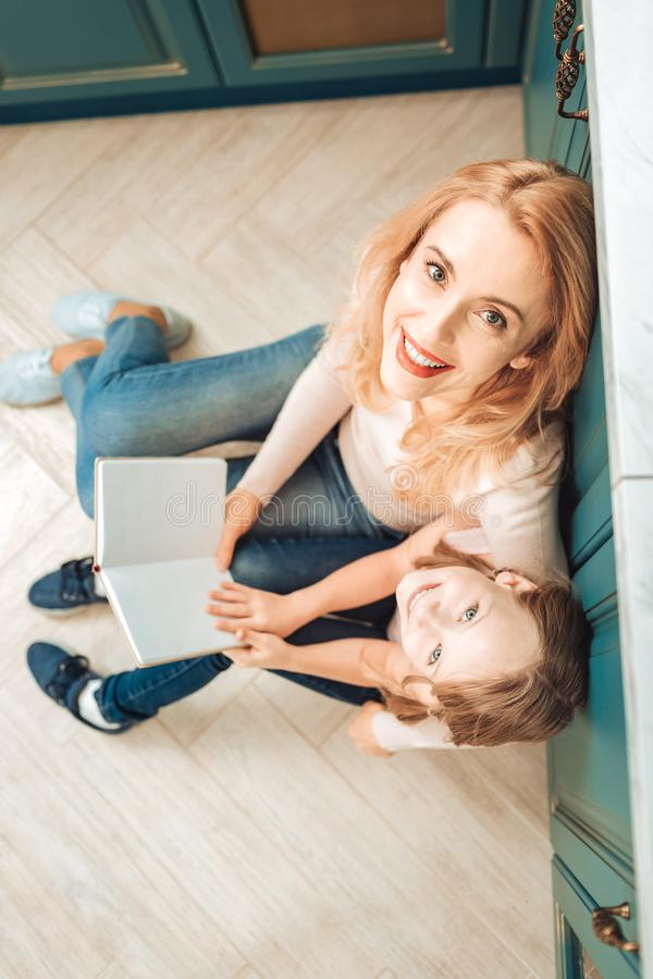 Photo de vue supérieure de la femme heureuse qui embrassant son enfant photographie stock