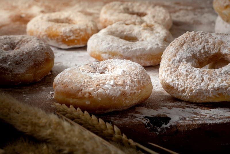 Photo des beignets avec du sucre glace sur la table en bois photographie stock