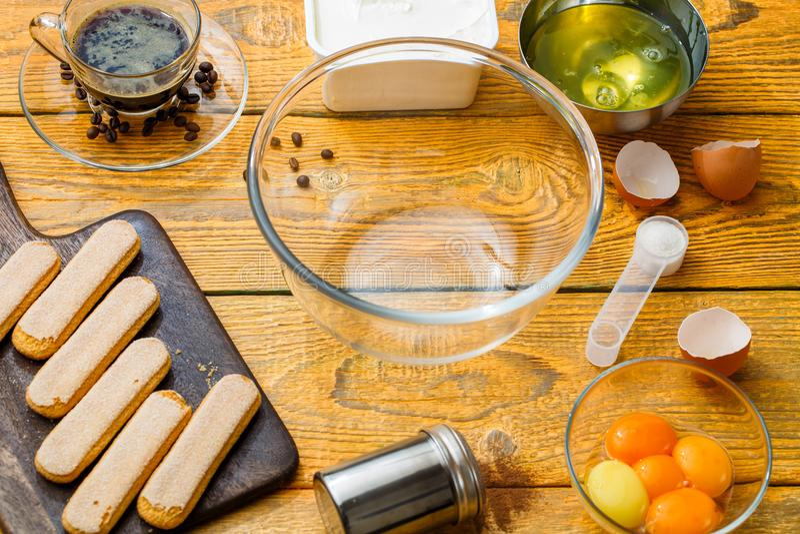 Photo des biscuits de savoyardi sur la planche à découper photographie stock