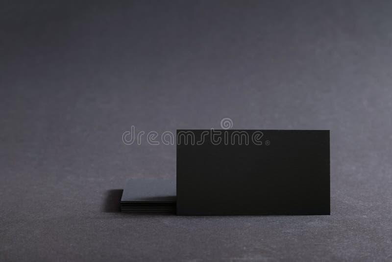 Photo des cartes de visite professionnelle vierges noires de visite sur un fond noir Templ photo stock