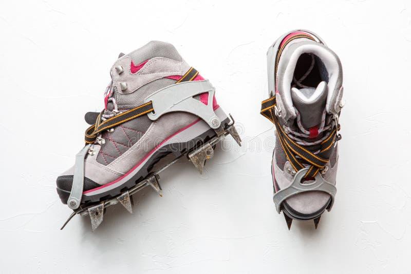 Photo des chaussures de montagne avec des transitoires d'isolement sur le fond blanc photo stock