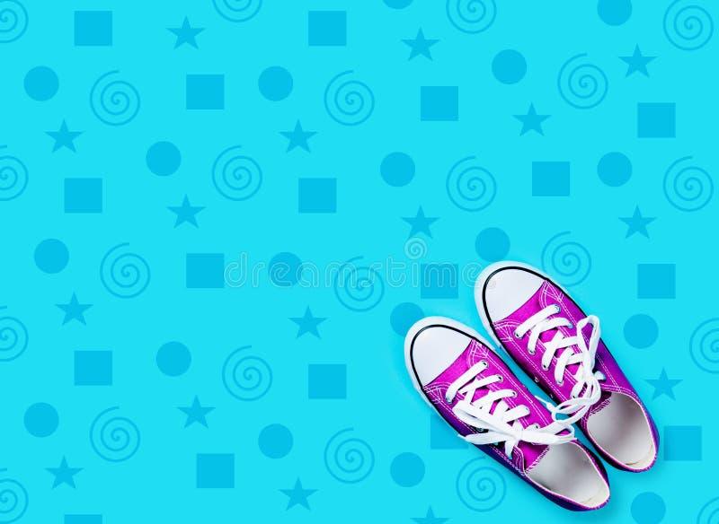 Photo des chaussures en caoutchouc pourpres sur le fond bleu merveilleux images libres de droits
