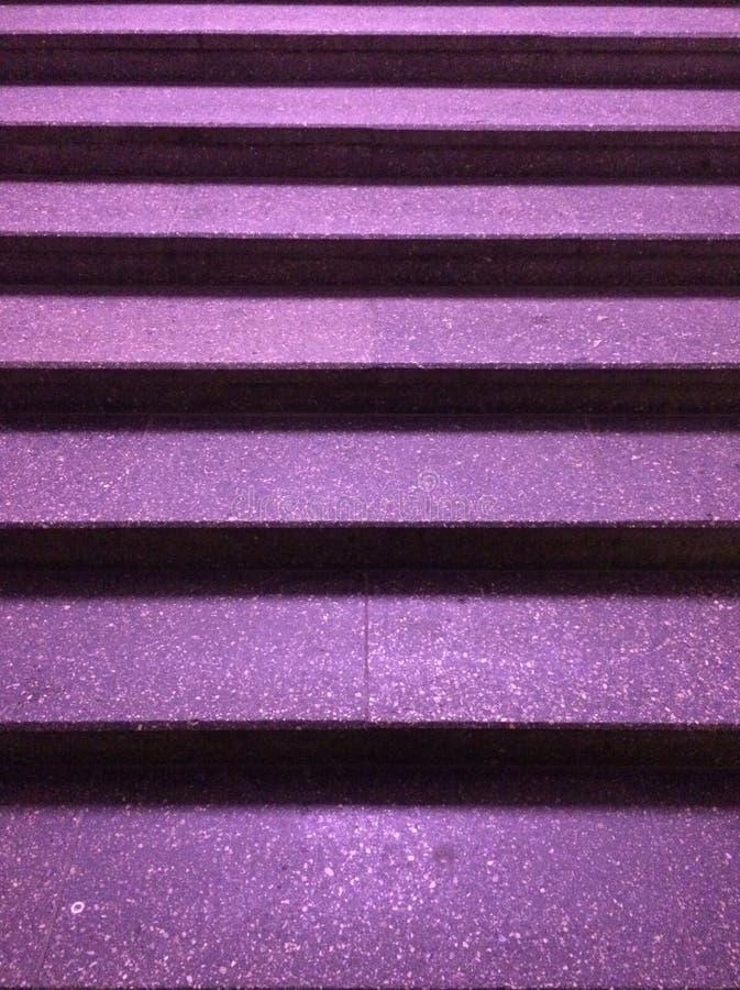 Photo des escaliers de nuit avec des étapes pourpres photographie stock libre de droits