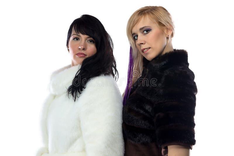 Photo des femmes dans de faux manteaux de fourrure photos libres de droits