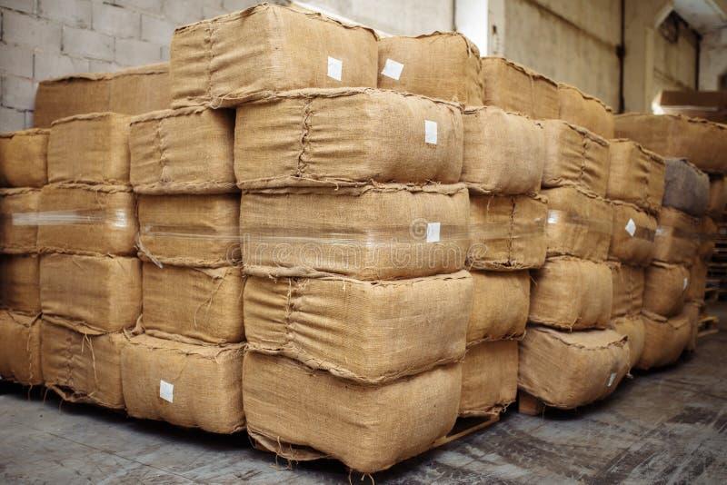 Photo des feuilles sèches de tabac dans le sac à tissu pour l'industrie de cigarette images stock
