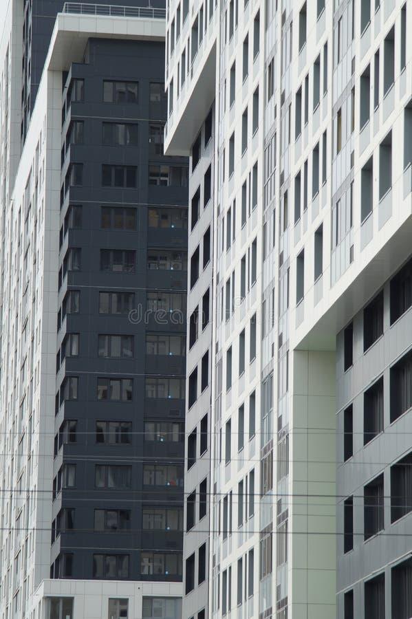 Photo des fragments de nouveaux b?timents sur la rue Tatishchev images libres de droits