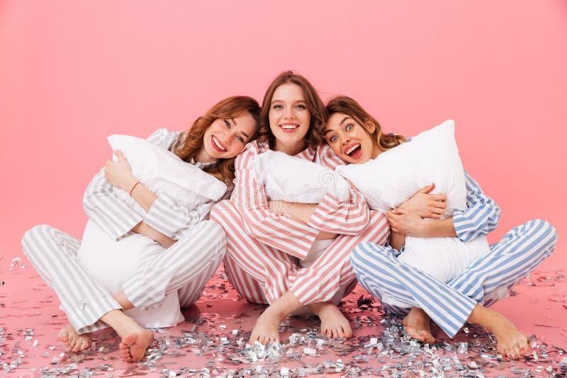 Photo des habillements de port heureux de loisirs des femmes 20s reposant le baref photos stock