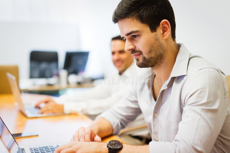 Photo des hommes d'affaires travaillant dans le bureau moderne photo libre de droits